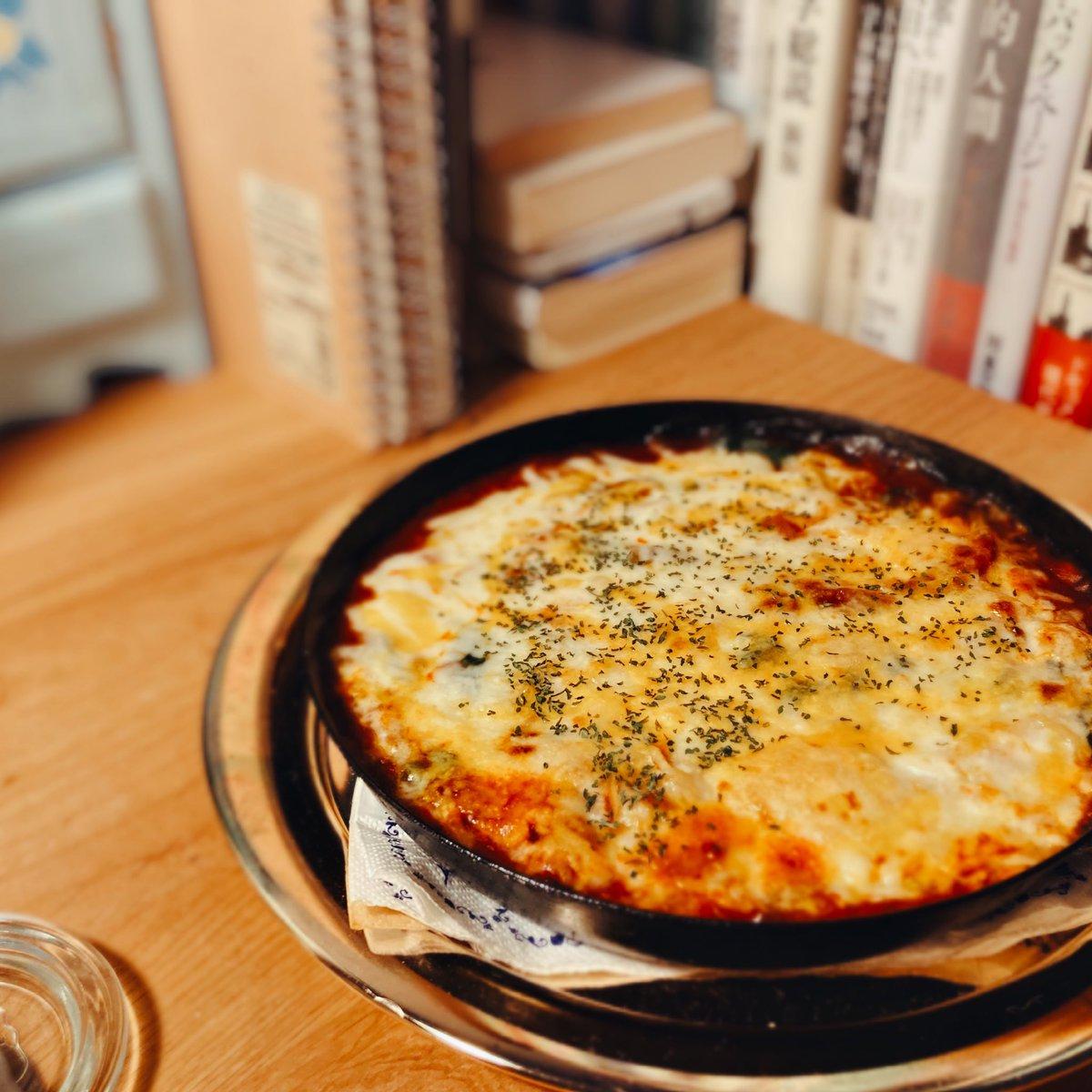 おチヨさんも有明さんも作ってらっしゃるので食べたくなっちゃうよね、人生初のスパゲティグラタンです。わたしはミートソースで作りました。暴力的においしい🍝