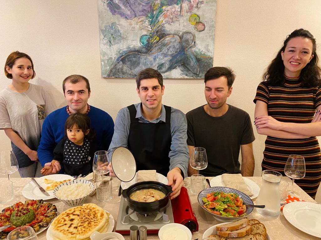 本日は都内に住むジョージア人に家庭料理を振る舞い、とても満足していただけました🇬🇪🇯🇵シュクメルリは、ファミマで発売になるものを出したとは、誰も知る由もない。