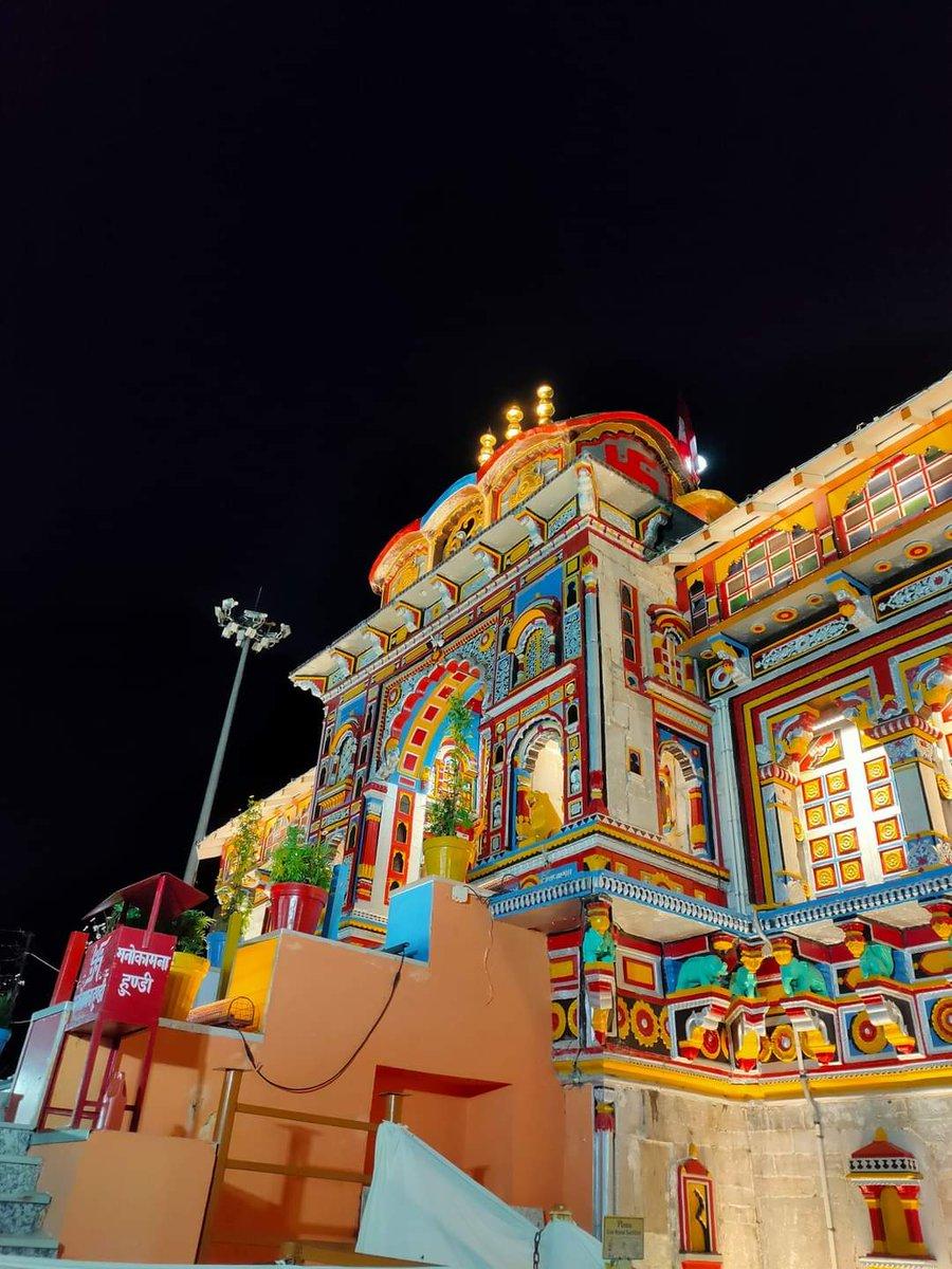 आज विजयादशमी के पावन पर्व पर भगवान श्री बद्रीनाथ जी के कपाट बंद होने की तिथि की घोषणा हुई 🙏😊🙏  श्री बदरीनाथ जी के कपाट 19 नवंबर 2020,मेष लग्न अपराह्न 3:35 पर  देव पूजा के लिए बंद होंगे 🙏😊🙏😊🙏  ।। जय बदरीविशाल ।।  #kedarnath #badrinath #gangotri #yamunotri  #badrinathdham🙏 https://t.co/Eb5as9xsax