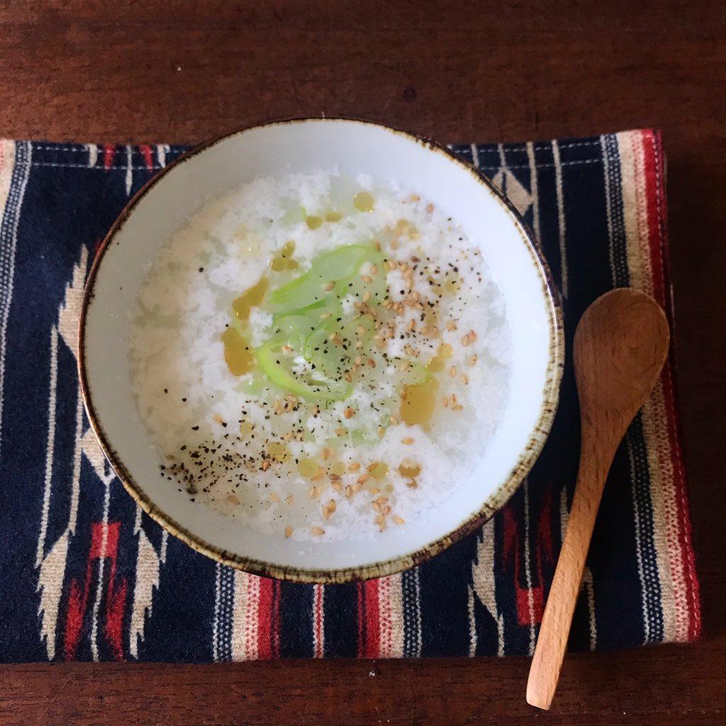 卵黄しか使わないレシピ、勿体ないし、全卵にすると濃厚さに欠けるし、ラングドシャとか無理やろという方お椀(耐熱)に卵白1個、水130ml、顆粒鶏ガラ小さじ1を入れラップ無しで1分半〜2分チン。ゴマ油と塩胡椒で美味しい即席スープになるから心置きなく余らせて。ネギや乾燥ワカメいれても美味!