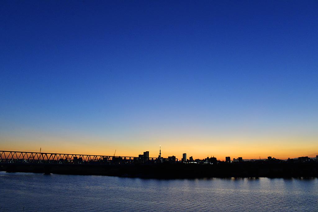 今日の市川市は雲一つない快晴で、朝方は冷え込んだものの、昼には20℃を超えるまで気温も上昇し、絶好のお出かけ日和に♪ 皆さんはどう過ごされましたか? 1日の締めくくりとして、夕焼けに染まる江戸川の夕景をどうぞ♡ (S)  #市川 #景観 #まち歩き #まちづくり #行こう市川 #江戸川 #夕焼け https://t.co/DMuF2g8mx8