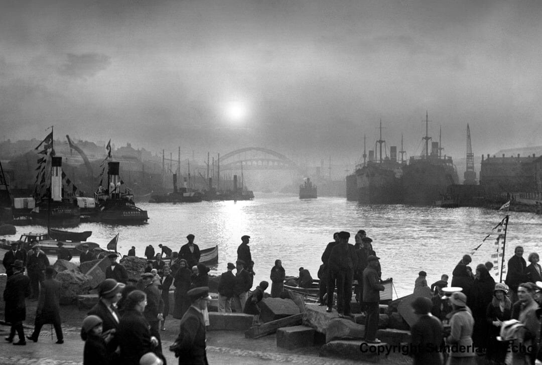 A busy River Wear in the 1930s. #Sunderland #ships   #shipbuilding #1930s https://t.co/nBM349TVQa