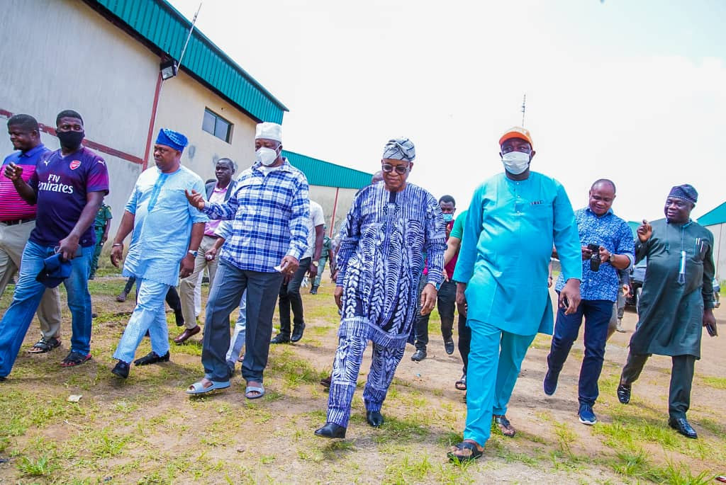 Re: #EndSARS Protest Looting in Osun.  @StateofOsun Governor Mr @GboyegaOyetola gives looters 72 hours to return looted properties;advised them to take it to their kings palace…visits and assesses level of damages in Osun..sympathises with victims & promises government support. https://t.co/8pJ3dSTza6