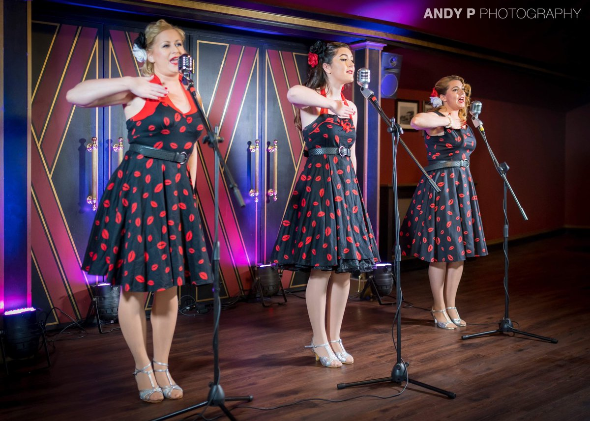 We have already some edits back from @andypphotos from our video shoot on Thursday! #photoshoot #vintage #entertainment #singers #hotelshows #majestictheatre https://t.co/lgQ8X8Rwq7