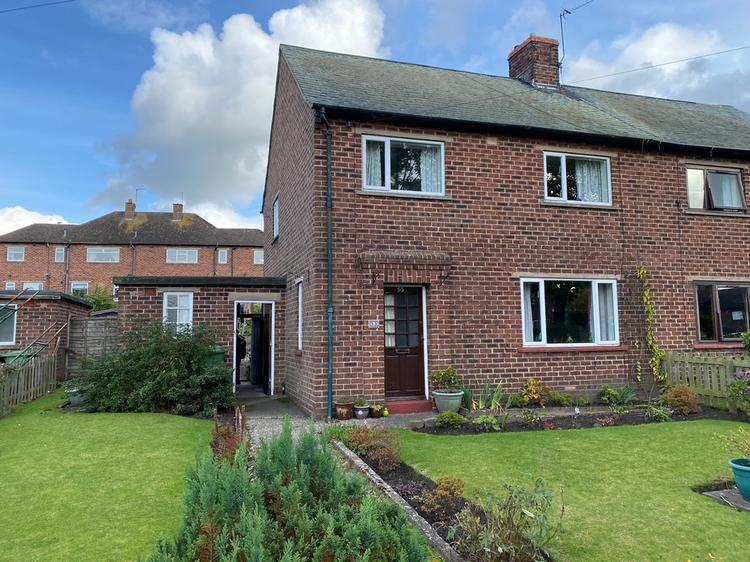This property in #Brampton would make a great #familyhome! Set in a popular area on Berrymoor Road, this semi-detached #house comes with 3 bedrooms, gardens & loads of potential & goes to 'live' #onlineauction THIS THURSDAY! Guide price £75,000-£85,000: https://t.co/HRf9QPaU1A https://t.co/EL6dyLEPK2
