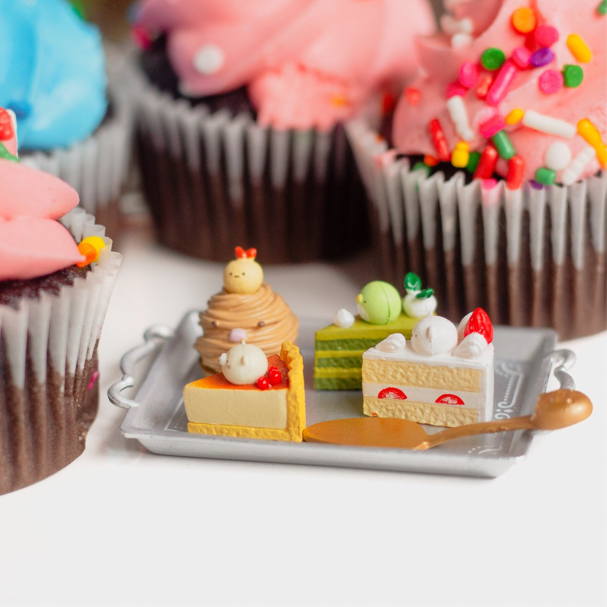 Can you tell which sweets are real or not?? 😋🍰Find these Sumikkogurashi Patisserie Re-ment at #jellybeet!  🧁💕 . . #sumikkogurashi #patisserie #sweets #kawaii #rement #kawaiiaesthetic #mini #love #fun https://t.co/eJ6QMzUIQ4