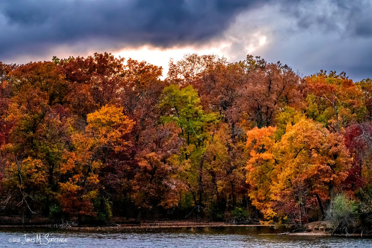 Stormy Weather - Kensington Metropark, Milford, MI  @PureMichigan @NikonUSA @MichiganDNR @MIMetroparks @OakGov @LoveLivCo @USFWSMidwest #nikonnofilter #Fall2020 #FallFilter #fall #autumn #autumnleaves #nikonnofilter #StormFront #clouds https://t.co/mCtepnbbAw