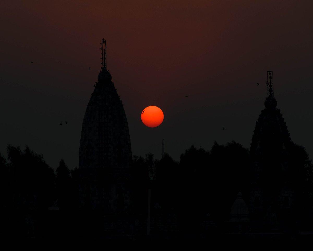 Simple beauty 17...  .  .  Shot on @NikonIndia D5300  1/320 f/8 ISO100 140mm .  .  #sun #sunset #clear #sky #birds #flying #adobe #lightroom #edit #nikon #photography #nature #beauty #orange #temple #silhouette https://t.co/vykc3TFVib