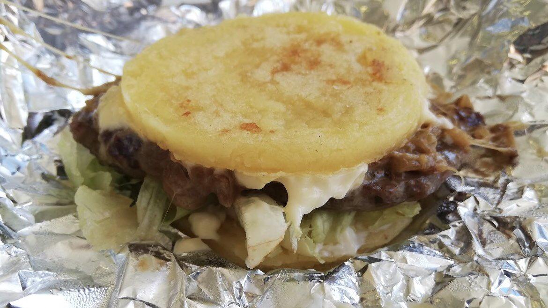 今回もパラグアイのハンバーガーショップ『Burme'i』一風変わったハンバーガー⁈を発見しました。パンの代わりにパラグアイの伝統料理の『ベジュ』を使用しています🍔✨これはパラグアイに来ないと食べれない特別なハンバーガーです🇵🇾ベジュを知らない方は↓