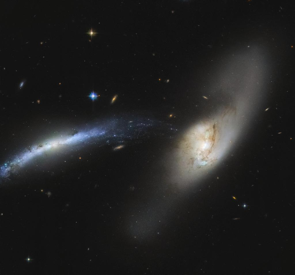 🌊 A pair of galaxies resemble a waterfall in this @NASAHubble image. Interacting galaxies influence each other, which may eventually result in a merger or unique formation. Here, stars from one galaxy appear to fall into the other like drops of water: go.nasa.gov/3jsoLl6
