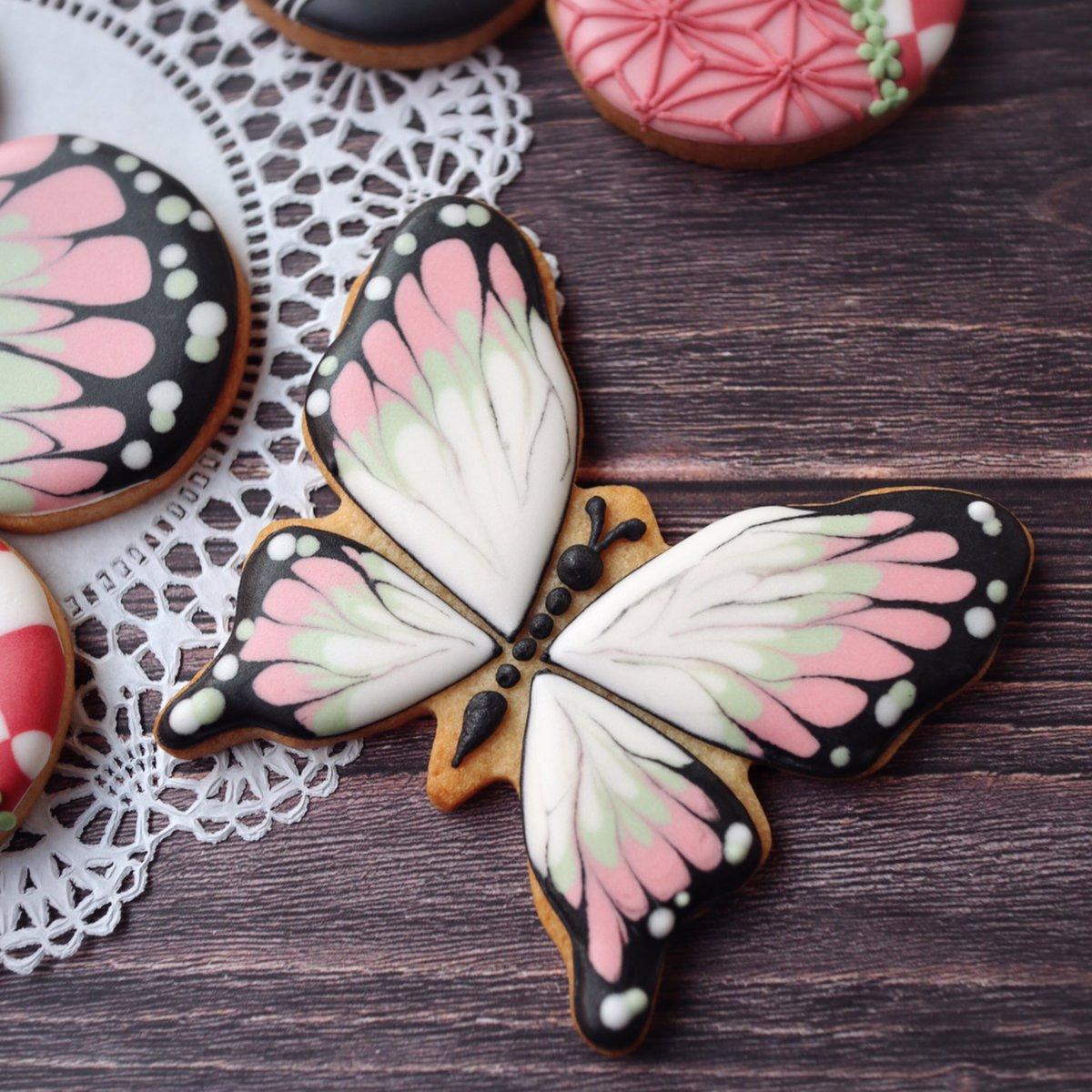 👹鬼滅の刃柄アイシングクッキー👹先日小学5年生に「胡蝶しのぶに似とる!」と言われまして。調子に乗ってクッキーを作ってみました。柄だけですが。。。和柄の練習になって、とても良かったです。どこが似てるのか聞きましたら【たたずまい】だそうです。見た目ちゃうんかい( ¯•ω•¯ )