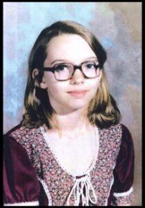 Lisa Marie Montgomery nació el 27 de febrero de 1968,  y residía en Melvern, Kansas, en el momento del asesinato. Fue criada en un hogar abusivo donde fue violada por su padrastro durante muchos años. https://t.co/Mi9hao45ly