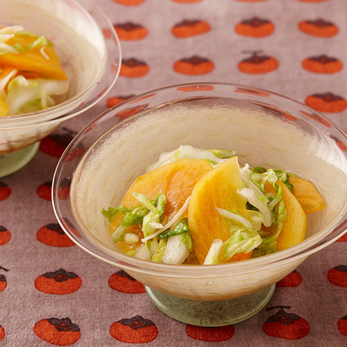 こんにちは。今日は「柿の日」と言う事で、柿を使った「柿と白菜のマリネ」レシピをご紹介します!柿の甘みとお酢の酸っぱさの組み合わせがクセになります。サラダ感覚でお試しください!  #日の出みりん #柿の日 #月曜日