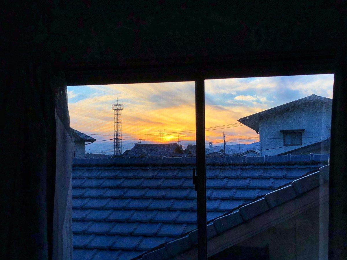 今日もお疲れさまでした🍁  寝室の窓が大パノラマの  秋の空の風景を映し出す💕  自由過ぎる空の夕焼けは  最高にキレイ💕です🍁  今日はムリしないつもり  でしたが、病み上がりには  少し動きすぎたかなぁ🤔  熱も上がらず、カラダは  ちょっと鈍ってた😢  #イマソラ #夕焼け   穏やかな夜を🍁 https://t.co/r11DSly0TW