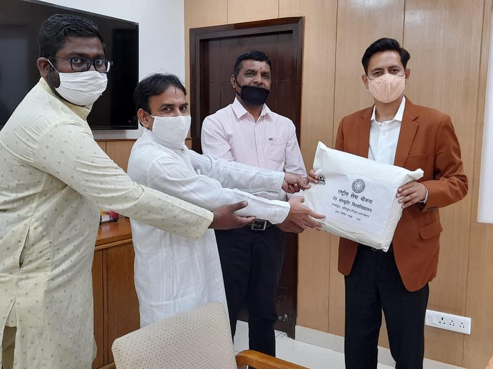 NSS Programme Coordinator & PO of Dev Sanskrit Vishwavidyalaya #Haridwar #Uttarakhand handed over 500 masks to Kumbh Mela Adhikari CCR  Haridwar #Unite2FightCorona #IndiaFightsCorona @PMOIndia  @KirenRijiju @RijijuOffice @YASMinistry @tsrawatbjp @_NSSIndia https://t.co/HvmFboiSsi