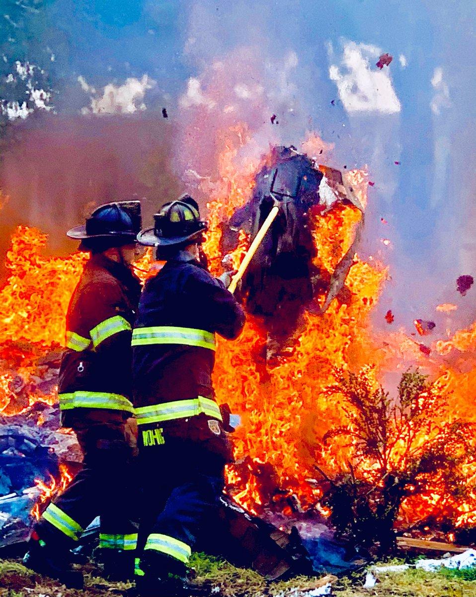 Don't #forget the #marshmallows! ☃️🔥@PapillionFire @CityofPapillion @FirePapillion @papiofire #Fire #Ice #Snow #Snowman #FireFighter #Water #Sunrise #Smoke #HighUp #Boom #ThatsHot #Papillion #FireTruck #TheRoofsOnFire #LMNPhotos #WheresLMN #LMN143 #FireandIce #ControlledBurn #Um https://t.co/8viLxDuq5p