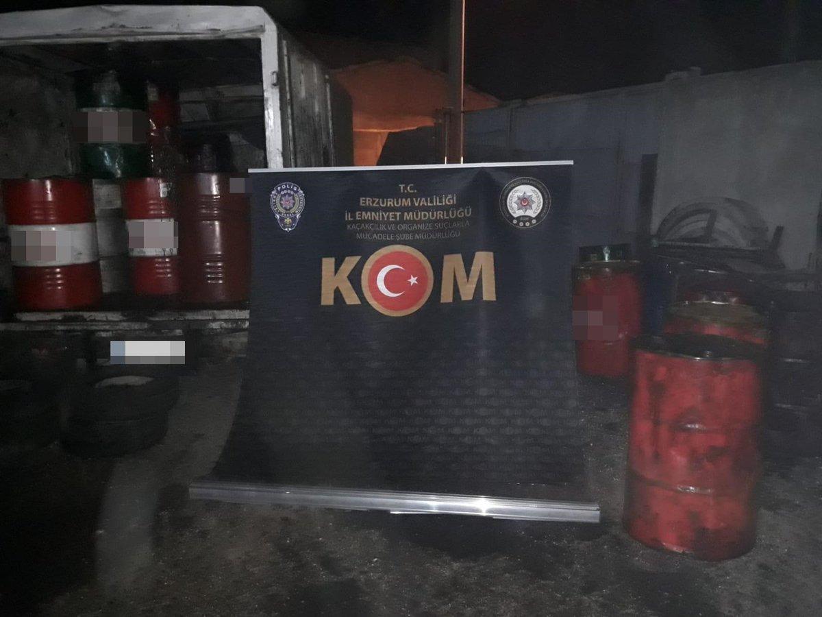 22.10.2020 tarihinde Erzurum'da gerçekleştirilen operasyonda; 95.000 litre fuel-oil (kalorifer yakıtı), 3.888 litre atık yağ ele geçirilmiş ve 3 şüpheli yakalanmıştır. @EmniyetGM  #Kaçak #Akaryakıt #KOM #Operasyon https://t.co/XsgaljFX6p