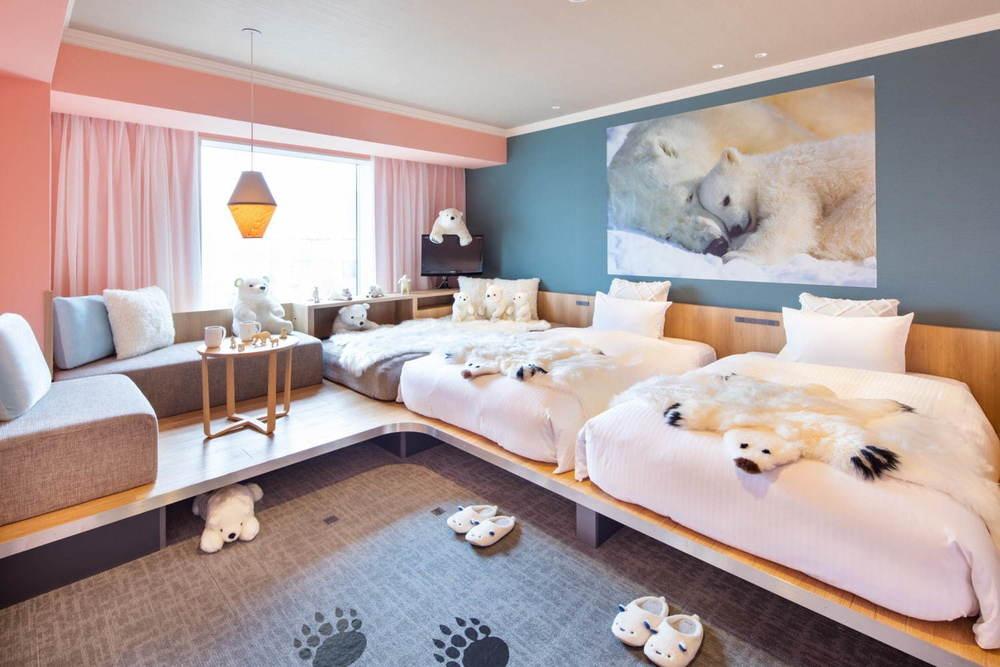"""北海道「星野リゾート OMO7旭川」""""シロクマ尽くし""""の新客室誕生、モフモフのベッドカバーなど -"""