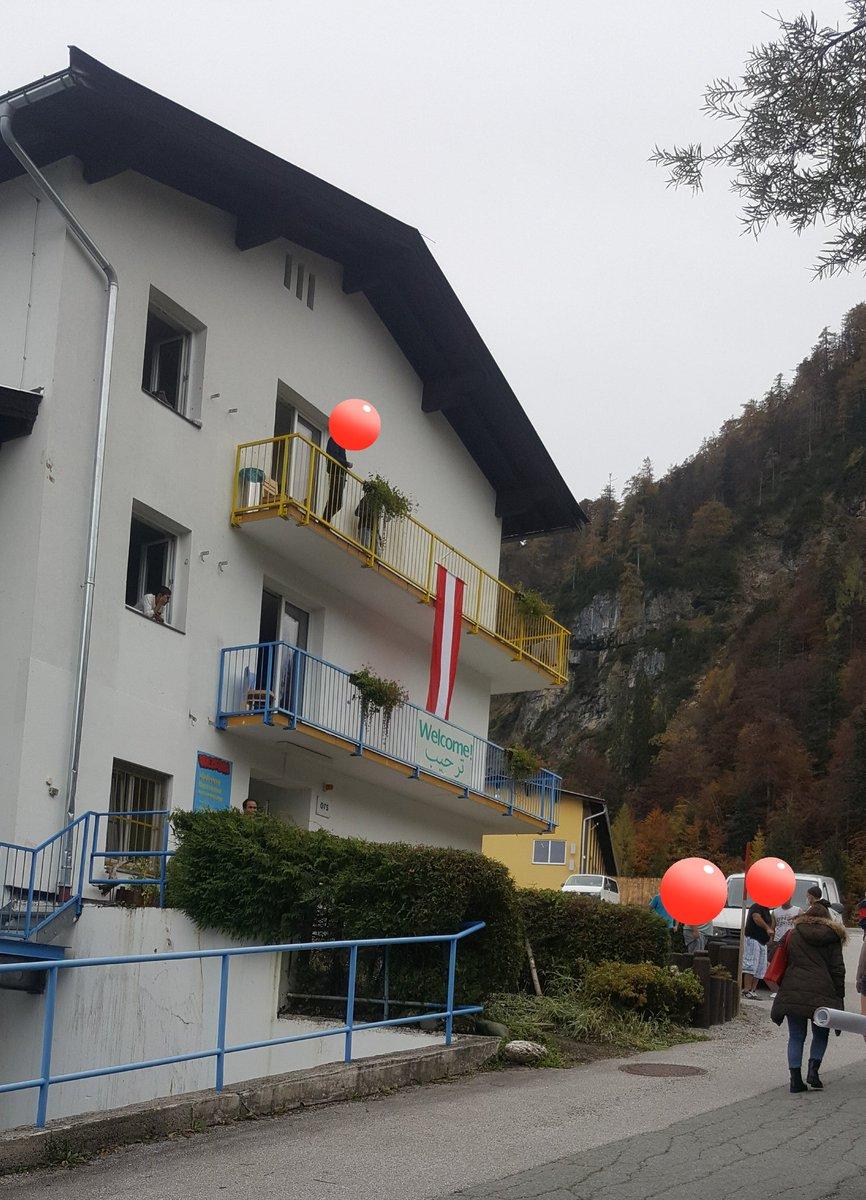 Die wohl absurdeste Fahnenplatzierung zum #Nationalfeiertag:  80 Menschen fernab auf 1250m Seehöhe am #Bürglkopf in der #RÜBE Tirol. Sie werden dort zermürbt damit sie freiwillig Land verlassen, weil Abschiebung schwierig.  Wenn #Lager vom Mittel zum Zweck werden brennt der Hut. https://t.co/Kg1oCITnH9