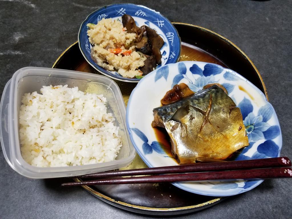 10月26日の晩御飯さばの煮付け参考牛スジと牛蒡煮(スーパーのお惣菜)おからの炊いたもの(スーパーのお惣菜)いただきます🙏