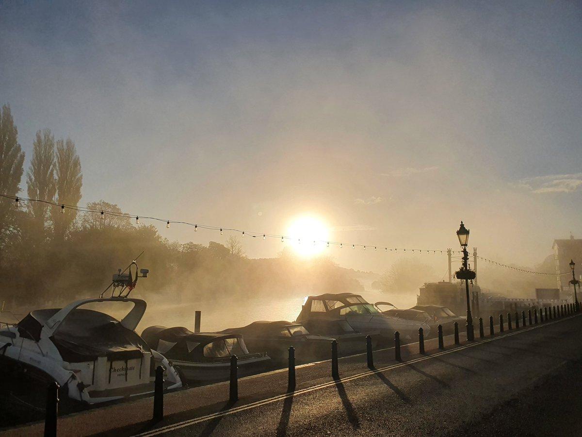 Monday morning in Henley-on-Thames  #henleyvets #localveterinarypractice #localvets #sunrise #riverthames #rivers #MondayMotivation https://t.co/Ye3SDgv4j9