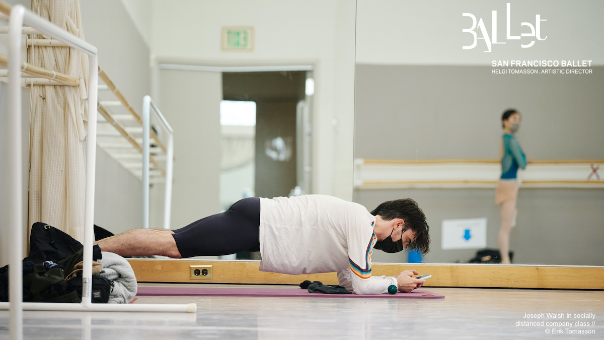 #MotivationMonday: How to check your phone and #plank, courtesy of principal dancer Joseph Walsh, as he gets ready for socially distant company class. #SFBTogether #fitnessgoals https://t.co/QNRrAVWJJD