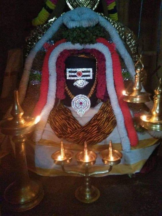#ॐ_नमः_शिवाय  नमामीशमीशान निर्वाण रूपं, विभुं व्यापकं ब्रह्म वेदः स्वरूपम् ।  निजं निर्गुणं निर्विकल्पं निरीहं, चिदाकाश माकाशवासं भजेऽहम् ॥ #Shiv #Shiva #LordShiva #Mahadev #Mahakal #Bholenath #Har_Har_Mahadev https://t.co/2xY93HbpM4