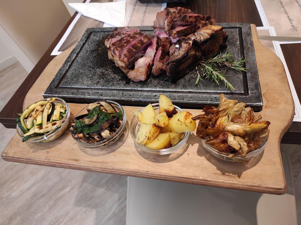 La #regina della #cucina #toscana è finalmente arrivata! Vi aspettiamo al nostro #ristorante per degustare la #Fiorentina #hotel #Executive #bisteccafiorentina #cucinatoscana #food #italianfood #cibo #gusto #taste #tasting #foodtasting #travel #foodandwine https://t.co/2OWurWDDNi