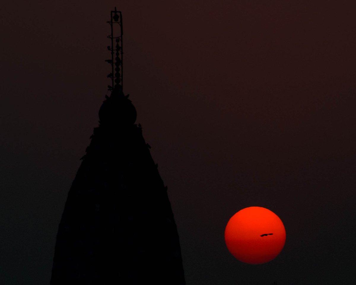 Simple beauty 21...  .  .  Shot on @NikonIndia D5300  1/320 f/8 ISO100 140mm .  .  #sun #sunset #clear #sky #birds #flying #adobe #lightroom #edit #nikon #photography #nature #beauty #orange #temple #silhouette https://t.co/a8TxH7Vsdb