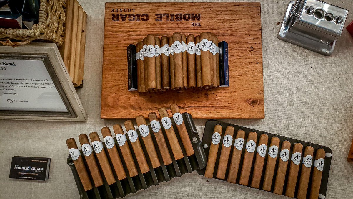 Presentation is key 🔑, with these freshly hand rolled beauties! #MondayMood #CIGARS #Traditions #beautiful https://t.co/YUZsV9Txf0
