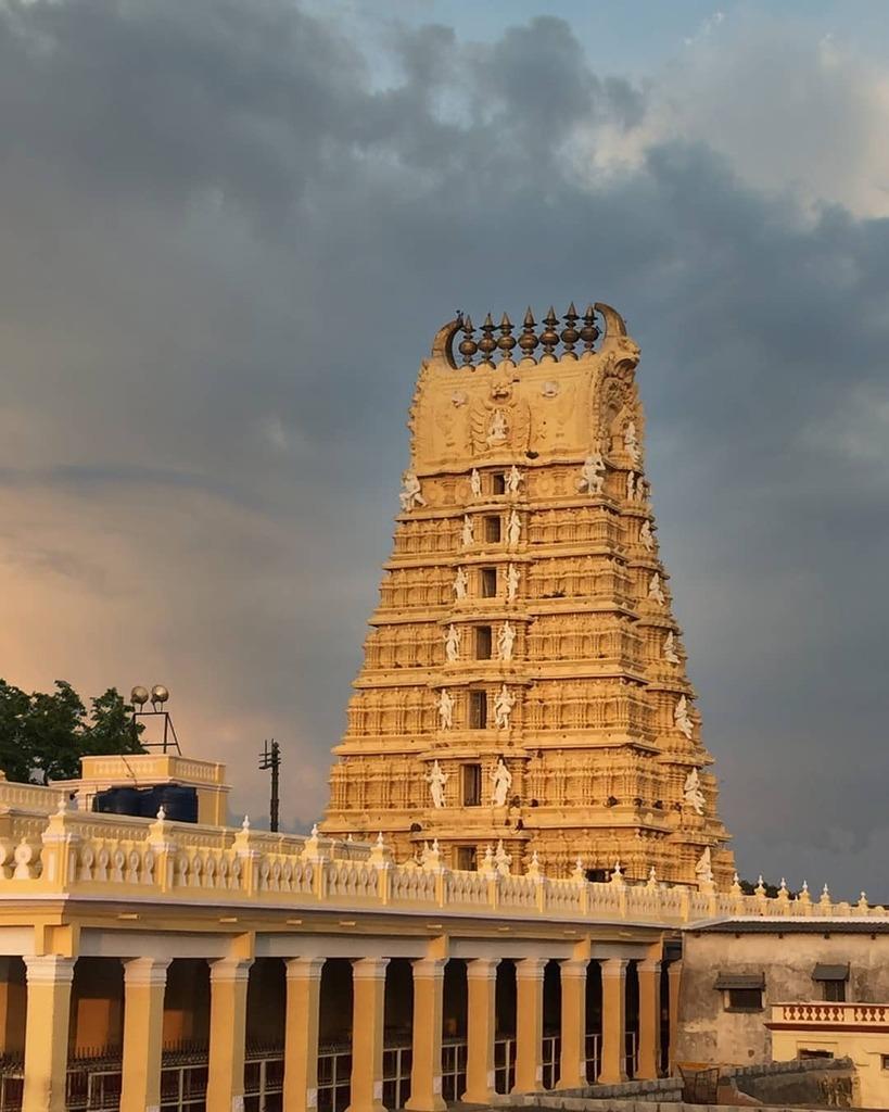 One of our many visits to Chamundi Temple. . . . . . Pre-Pandemic adventures. #naturephotography #photography #photographylovers #nature #outdoors #india #temple #chamundihills #chamundeshwari #mysore #karnataka #hindutemple https://t.co/7HkaFWq8D7 https://t.co/EHlbcn4xXt