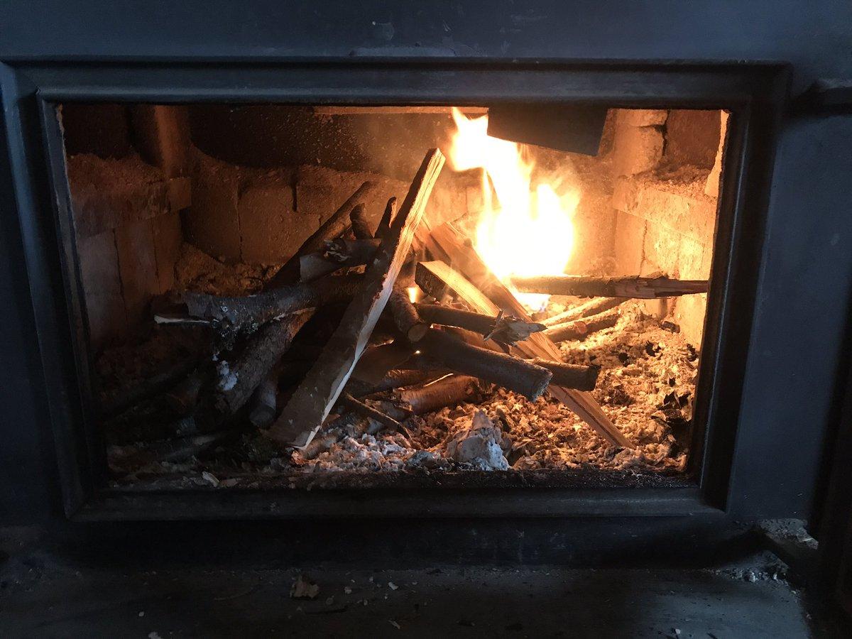 毎日がサバイバル〜🎵 停電なのでメインルームの薪ストーブに火を入れた。 #薪ストーブ #フェアバンクス https://t.co/JQ1g5eViHl