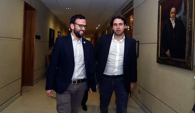 """Diario Clever's tweet - """"Diputados Vidal y Mirosevic presentan proyecto que  establece el 25 de octubre como el Día Nacional de la Democracia  @pablovidalrojas @vladomirosevic """" - Trendsmap"""