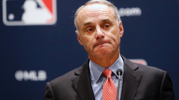 Dice el Comisionado de @MLB #RobManfred a Sportico que las Grandes Ligas perdieron entre $2,800 y $3,000 millones esta temporada. El béisbol de Grandes Ligas acumula una deuda sin precedente de $8,300 millones. https://t.co/5nkz7C5vbd