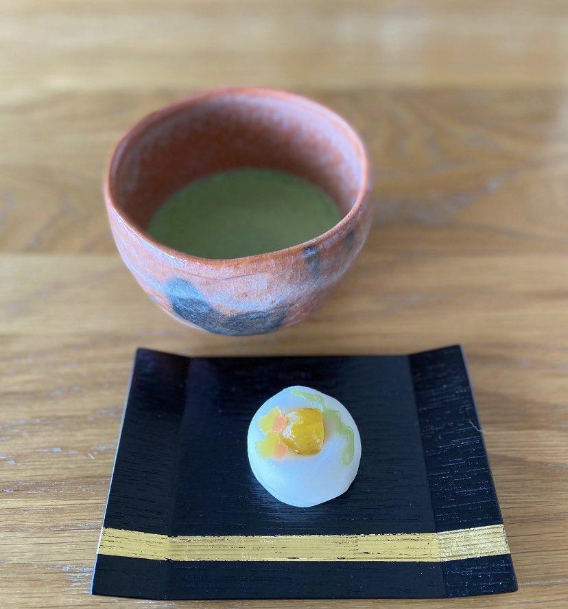 十月も終わりのお茶。 お菓子は「梢の秋」。 茶碗は赤楽。箱書きには 「早船」とあって、 早くお茶会をしたい! という気持ちの現れとか なんとか。。 丁寧にお茶を点てて いただく…しみじみ。 #茶道 #裏千家 #赤楽 #早船 #梢の秋 #象彦 https://t.co/59aJX9x1wL