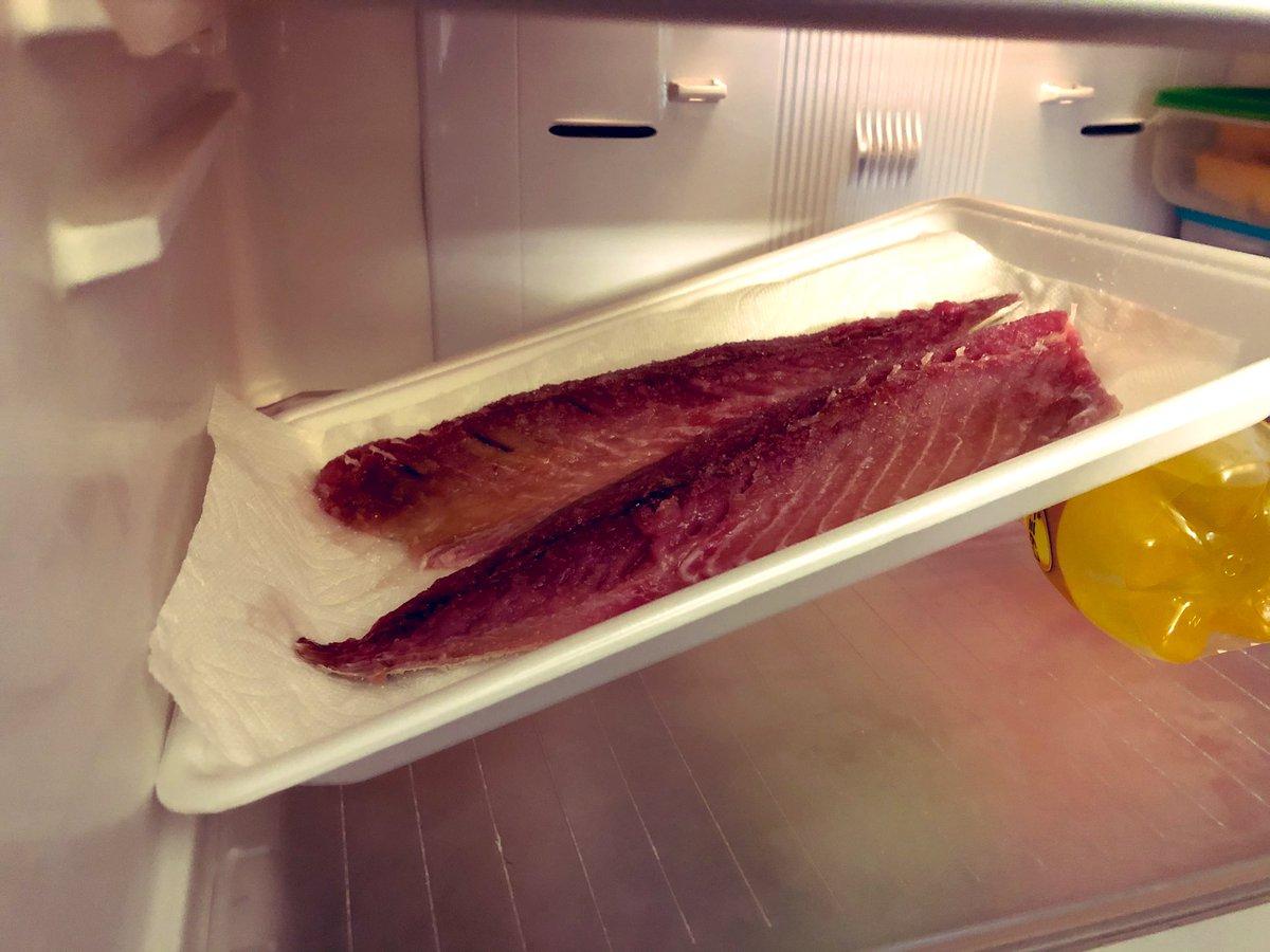 焼き鯖寿司つくりたくて、調べたら とりあえず塩鯖にしないといけない感じで ↓  冷蔵庫の中、こんな感じ。
