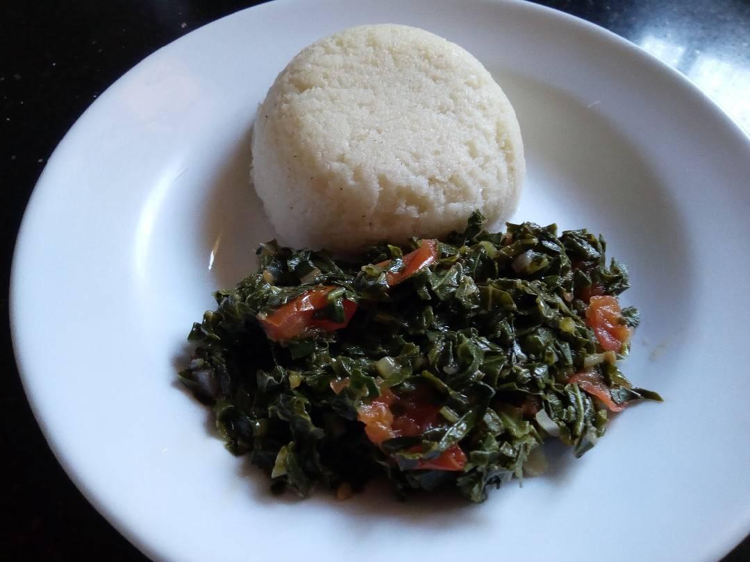 #珍旅日記ついでに、ケニアでよく食べられる定番、国民食のウガリ(メイズというトウモロコシの粉をこねて蒸した餅のような非常に腹持ちがいい主食)とスクマという葉っぱの煮物。お腹空いてきた。これ日本で食べれるところあるのかな、と思ったらレシピも発見!↓