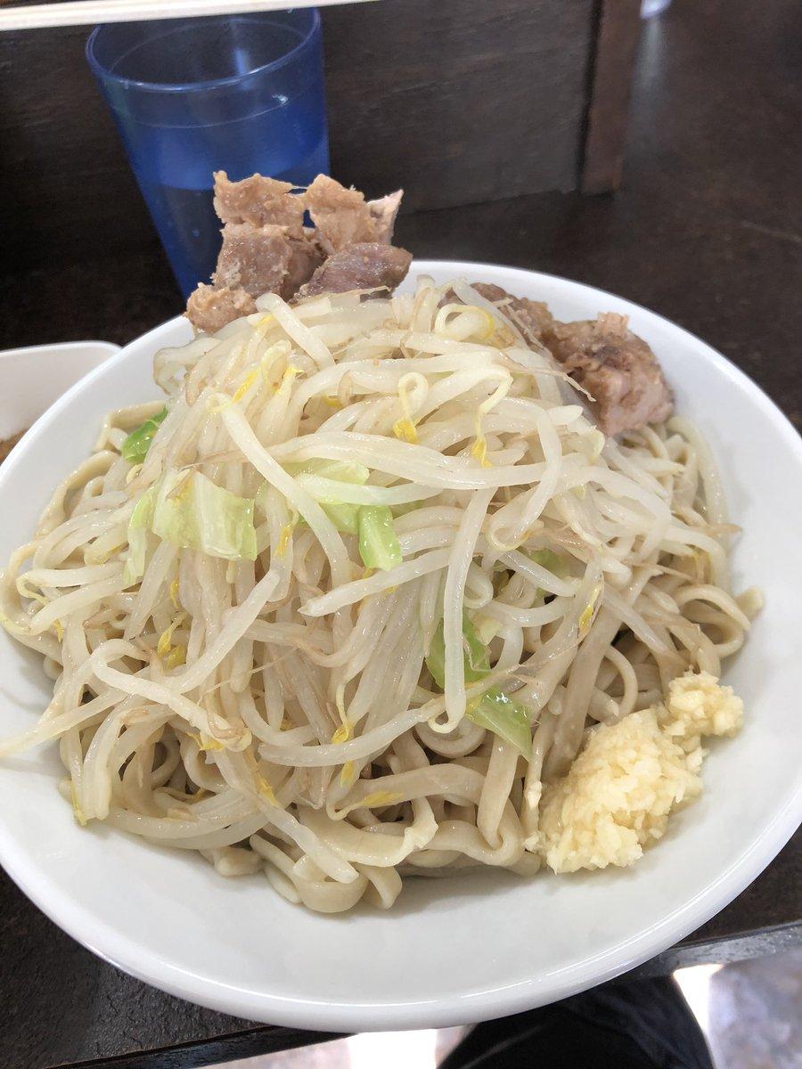 ぶたけん。 @本八幡つけ麺 魚粉野菜少なめニンニクラー油の浮いたツケダレがクセになる🤗豚はパンチのある味付けと柔らかさで神豚❤️詳細はこちら