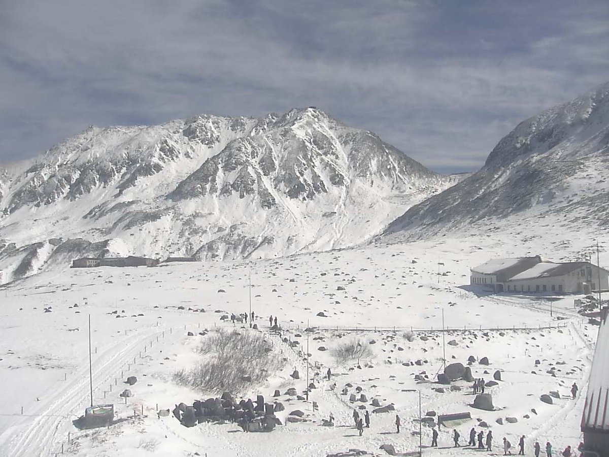 現在の #立山室堂平 の様子  雪がまぶしいくらいです。 銀世界はとても美しいです。  ⬇️ライブカメラを見る https://t.co/HpRp0tTWCR  ▽立山室堂平 ライブカメラと雨雲レーダー/ #富山県 #立山町  #立山ライブカメラ #富山ライブカメラ #室堂 https://t.co/vkMDogPq9C
