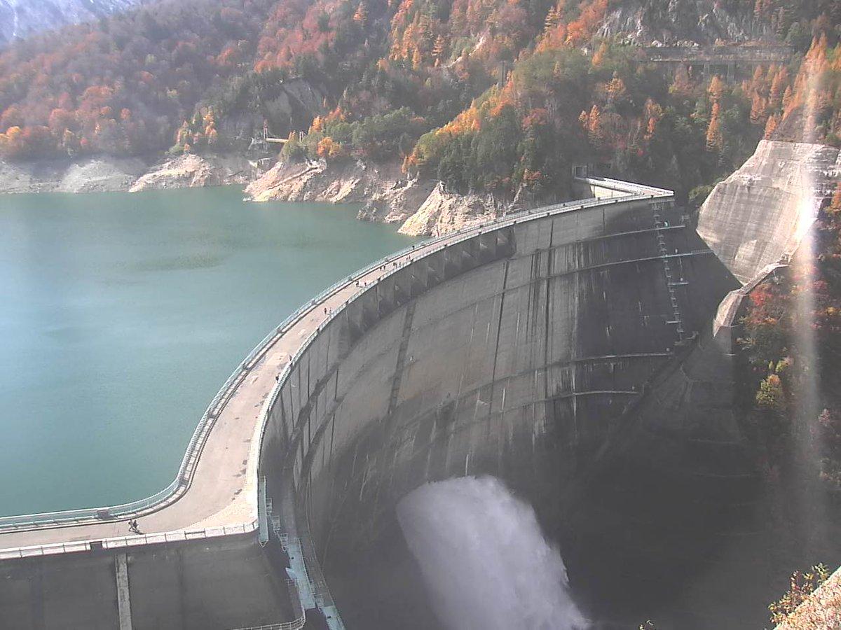 現在の黒部ダムの様子  ダムの放水と山の紅葉がとても美しいです。  ⬇️ライブカメラを見る https://t.co/bUvSqtD0hb  ▽黒部ダム ライブカメラと雨雲レーダー/ #富山県 #立山町  #黒部ダムライブカメラ #富山ライブカメラ https://t.co/AhkvtMqFuA