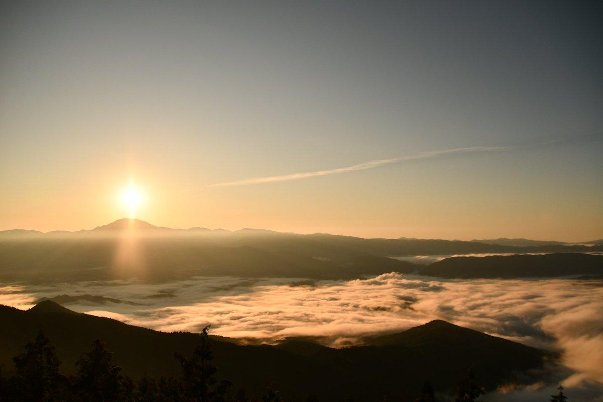 2019.10/23日の出🌄 2020.10/24日の出🌄 来年もこの辺りで雲海出たら凄い😆 #恵那山 #日の出 #雲海 #日の出 #風景 #キリトリセカイ #カメラ好きな人と繋がりたい #写真好きな人と繋がりたい #ファインダー越しの私の世界 https://t.co/ROWNaRFKRC
