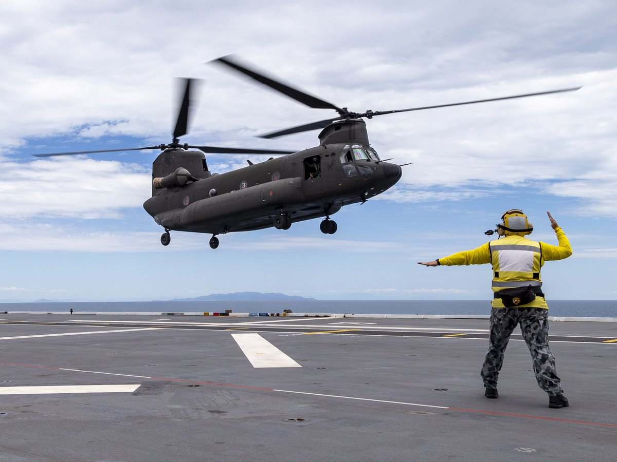 To allow another military force's helicopter to land on the deck of your ship requires mutual trust and respect. This underscores the strong relationship between 🇸🇬 and 🇦🇺 as @TheRSAF's CH-47 helicopter landed on the @Australian_Navy's HMAS Adelaide last weekend. 📸: ADF https://t.co/o5RpQdEZfd
