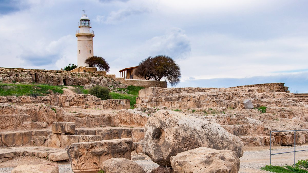 The #lighthouse on the coast at the Cypriot town of Paphos sits close to the Archeological Park containing ruins dating from prehistoric times, the #Roman and #Greek empires through to the middle ages. Well worth a visit on a cloudy winter day #travelphotography #traveltribe https://t.co/wsIHOFKM2s