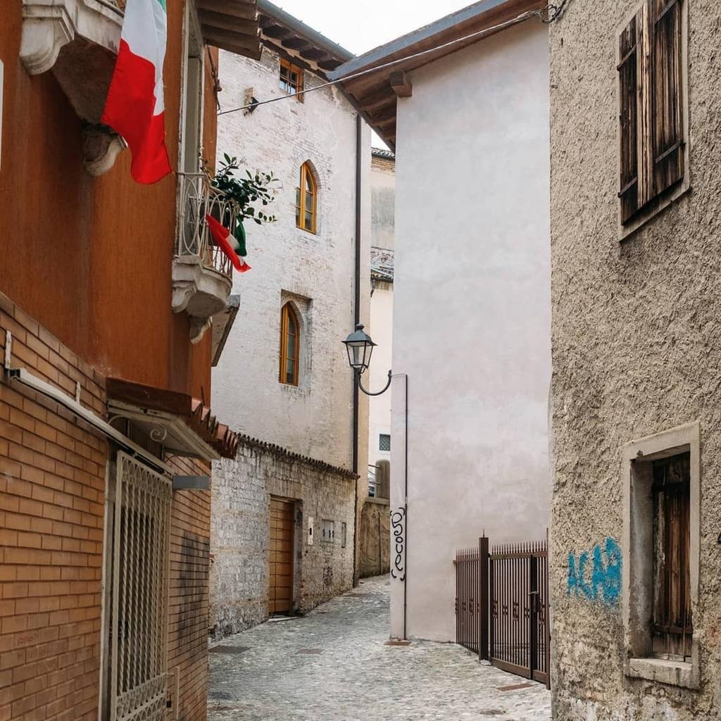 Un'ACAB e qualche bandiera dell'Italia . .#travelphotography #travelling #travelblogger #travelblog #architecturephoto #architecturelovers #classicmagazine #travelphoto #travelpics #travelbug #italy #travelstoke #italian_trips #vscoitaly #archidaily #por… https://t.co/i4ZY1hOgEO https://t.co/oRceYBobpj