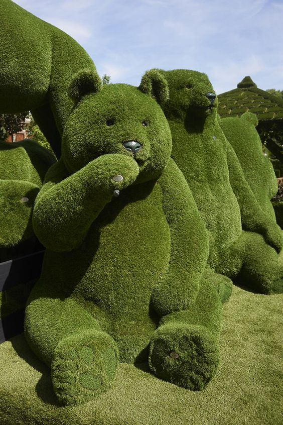 Very beautiful sculptures of bears in grass. #photos #photography #sculpture #bears #grass https://t.co/yEY7M1PYZ7