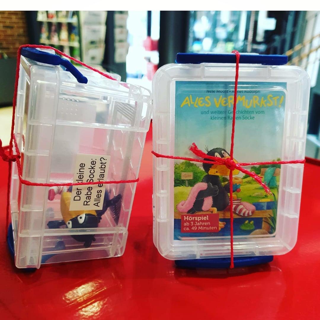 Gut verschnürt erwarten euch nun auch in der #Stadtteilbibliothek #Horst viele schöne #Tonies! Auch eine #Toniebox  kann man ausleihen. 🥳🍀  #hörbuch #musik #figuren #abspielen #box #tonie #rabesocke #bibliothek #inderausleihe https://t.co/KeMBemJNt1