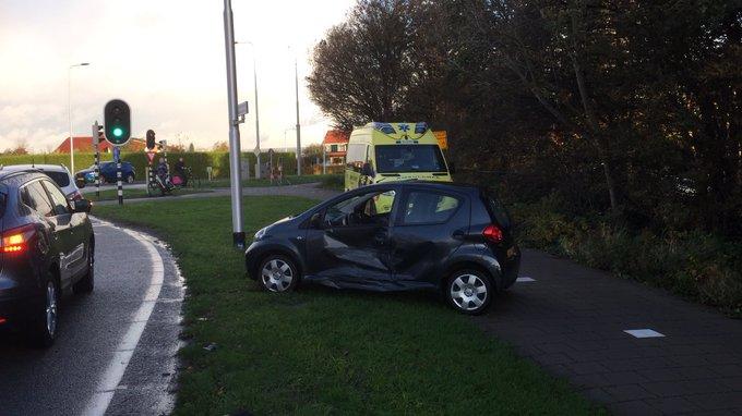 Ongeluk tussen twee auto 's aan de Nieuweweg in Honselersdijk. Een persoon wordt nagekeken in de ambulance. https://t.co/JCNN9efhs6