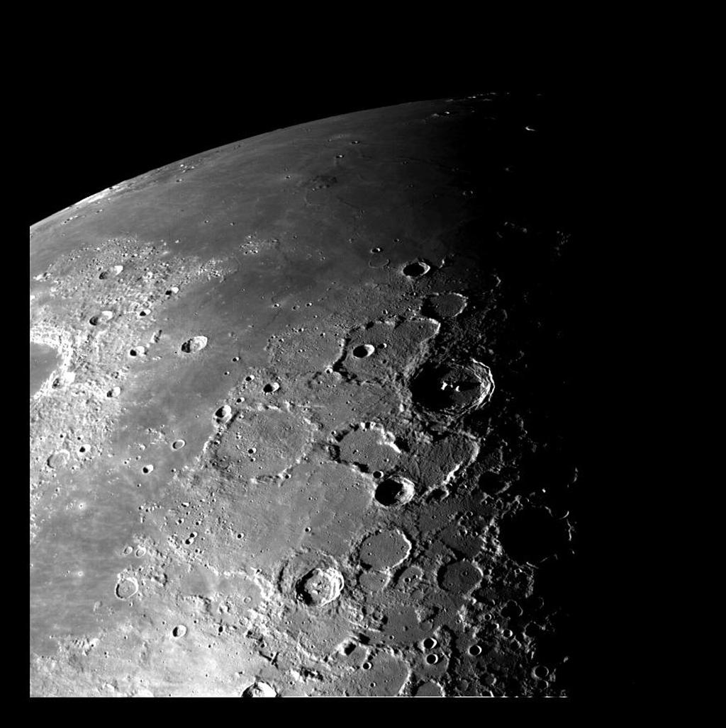Olá  humanos...bom dia 🤩❤😘  Esta visão da região polar norte da Lua foi obtida pela câmera da espaçonave Galileo durante seu sobrevoo no sistema Terra-Lua em 7 e 8 de dezembro de 1992.   Créditos: NASA / JPL https://t.co/FIGz69grQS