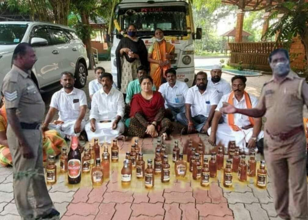 Police in Chidambaram have arrested a gang who smuggled bottles of liquor from Pondicherry #Winebottles #Abduction #BJP @khushbusundar https://t.co/HCflLDCyHc