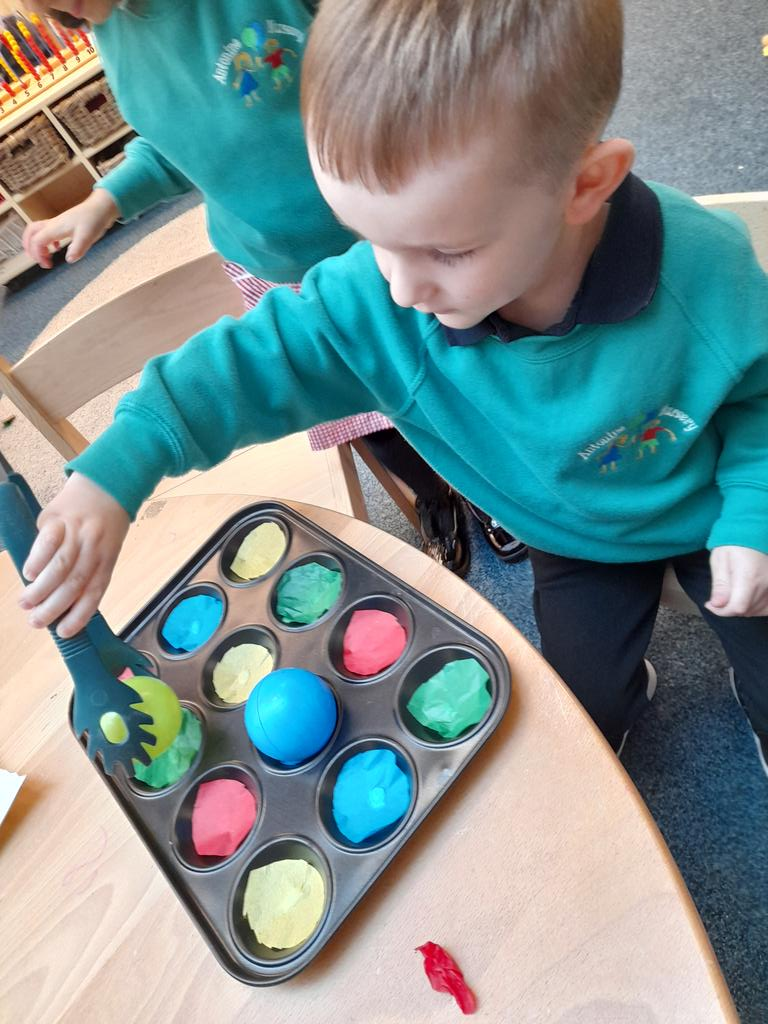 """Practicing our fine motor skills using a variety of resources to manipulate to create. S """"make high tower"""" E""""roll it"""" k"""" you have to squeeze it hard"""" #antohandwb #creativity #antonumeracy https://t.co/inXqjxIRCQ"""